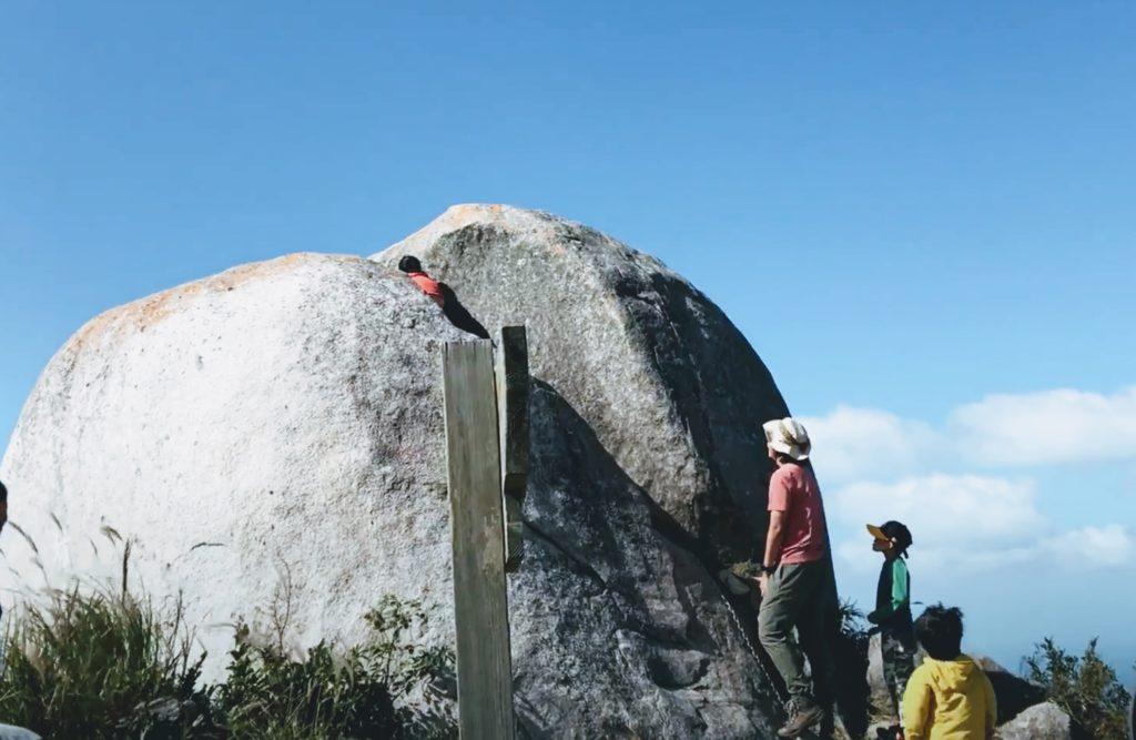 十坊山山頂の巨岩をロッククライミング