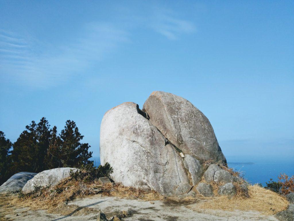 十坊山の山頂の大岩