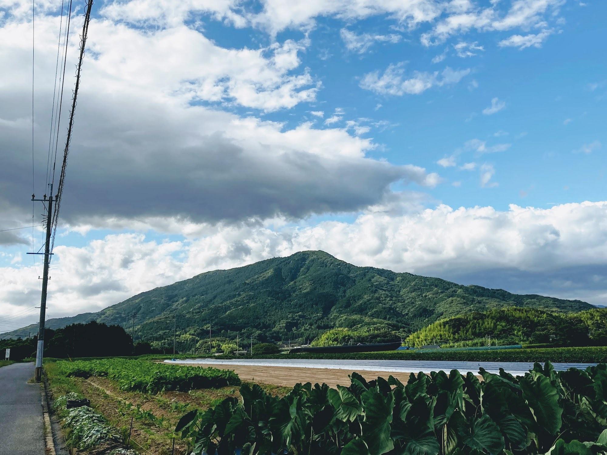 北西から見た可也山