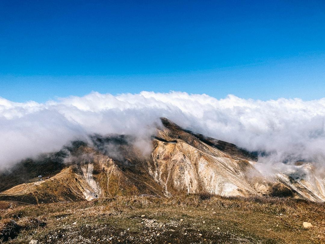 姿を見せる硫黄山
